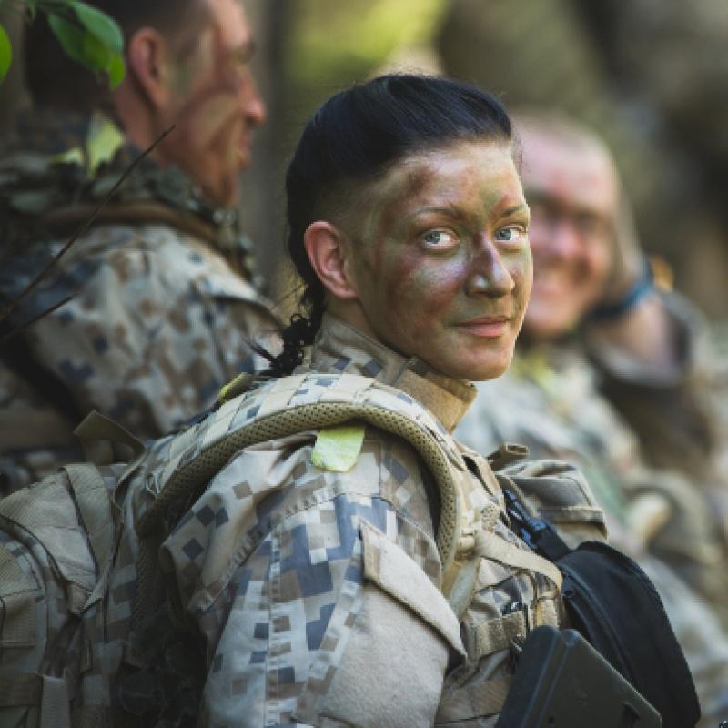 """Saruna """"Kad lūpukrāsa jāatstāj mājās jeb sieviešu stendaps armijas stilā"""""""